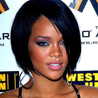 Rihanna  Rihanna gibi çikolata tenliyseniz şeftali - pembe tonları size çok yakışacak.